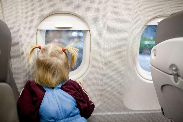 Πτήση με παιδιά πώς να περάσουν καλά στη διαδρομή