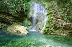 ρομαντικοι προορισμοί στην Ελλάδα στον καταρράκτη της νεράιδας