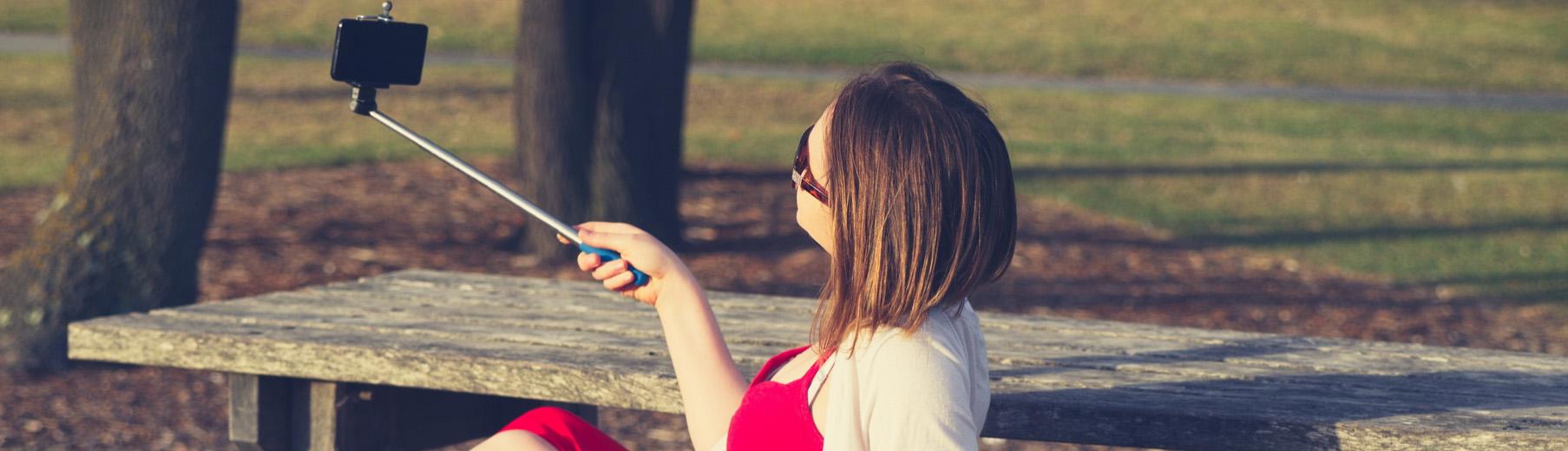 Το Selfie Stick είναι ένα από τα πιο πρακτικά travel gadgets.