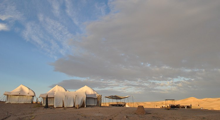 Διανυκτέρευση στην έρημο Agafay στο Μαρόκο .