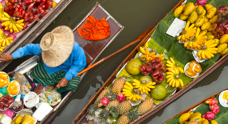 To πλωτό παζάρι που πρέπει να επισκεφτείς στην Μπανγκόκ