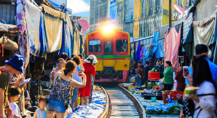 To παζάρι με το τρένο που πρέπει να επισκεφτείς στην Μπανγκόκ